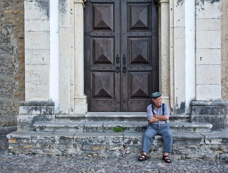 Uitrusten - Wat doe je als de kerk nog niet open is?<br /> Juist. Even een dutje. Obidos in Portugal.