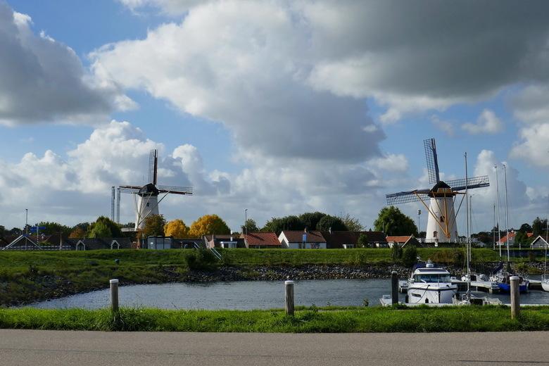 Molens van Wemeldinge - Wemeldinge op zuid-Beveland telt twee molens, de 'Aeolus' en 'de Hoop', beide stellingmolens.