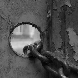 achter gesloten deuren