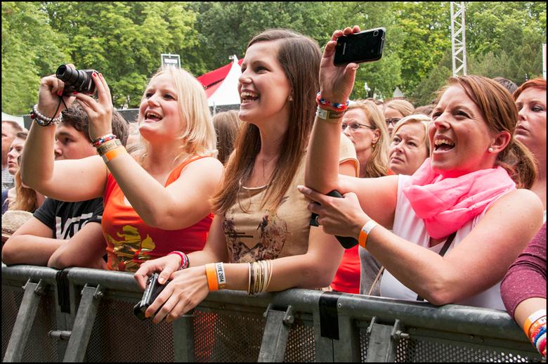 Music 41 - Wat doe je tegenwoordig wanneer je naar een festival; etc gaat....... juist ja, alles vastleggen met je smartphone en meteen delen op socia