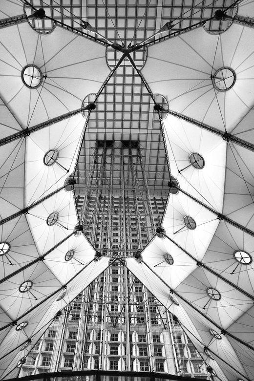 Grande Arch2 - Nog een foto van de Grande Arch. Deze keer het contrast nog wat verhoogd naar aanleiding van een tip op mijn vorige foto.