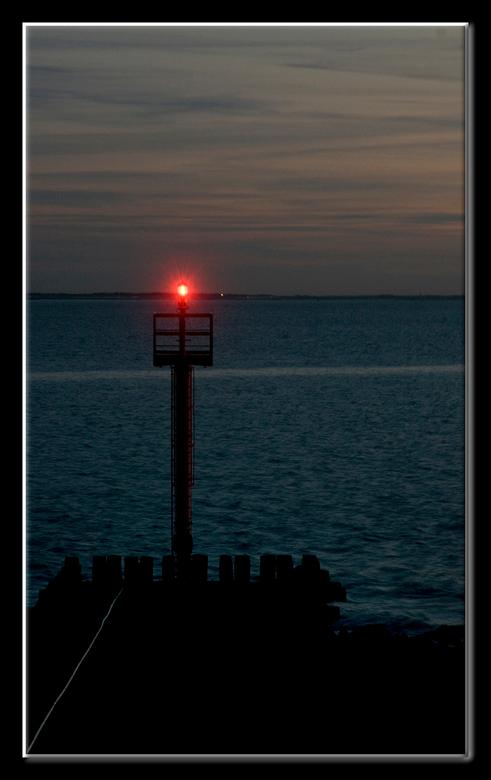 Kielzog - Laat op de avond, stil en rustig. Wat kabbelen van golfjes tegen de kant. Het schip is al lang voorbij gevaren, maar laat als levensteken no