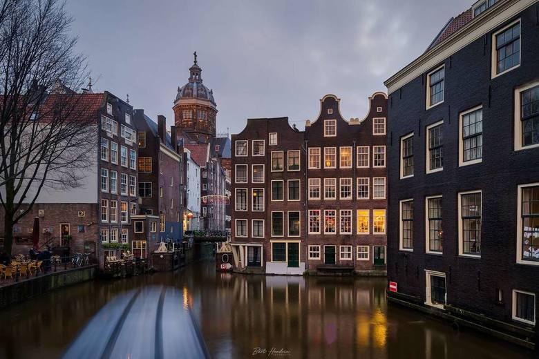 Oudezijds Voorburgwal/Armbrug - Zicht op de St. Nicolaasbasiliek en de Zeedijk vanaf de Armbrug.