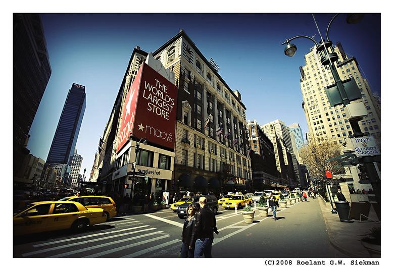 Heilige Huisjes III - In de serie Heilige Huisjes het toppunt van commercie in de VS.<br /> <br /> Dit warenhuis Macy&#039;s bestaat uit een complee