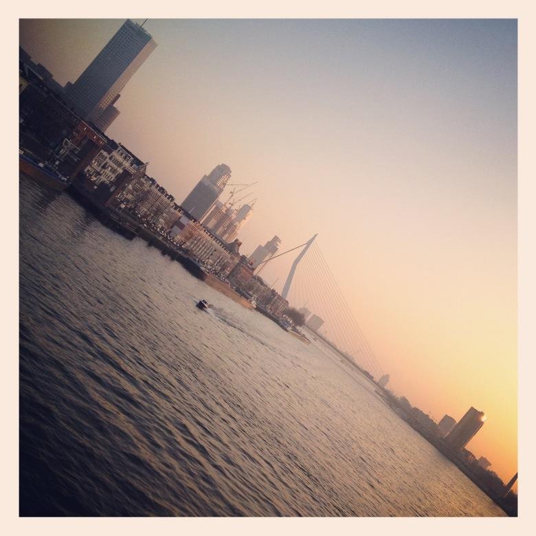 Rotterdam (instagram) - De Erasmusbrug in de schemering. Lekker scheef genomen met Instagram op de iPhone.