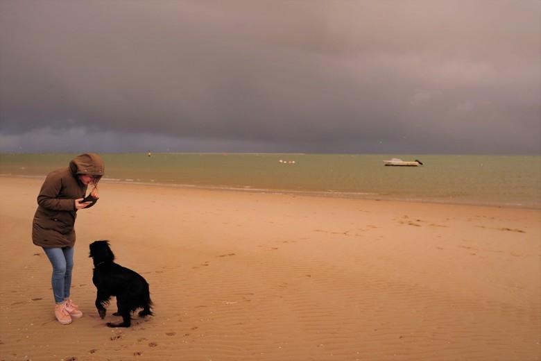 Kleuren - Heel mystiek. De kleuren van de wolken. Even wat zonlicht.  De  warme kleuren van het zand.<br /> <br /> Een toerist  met hond.<br />