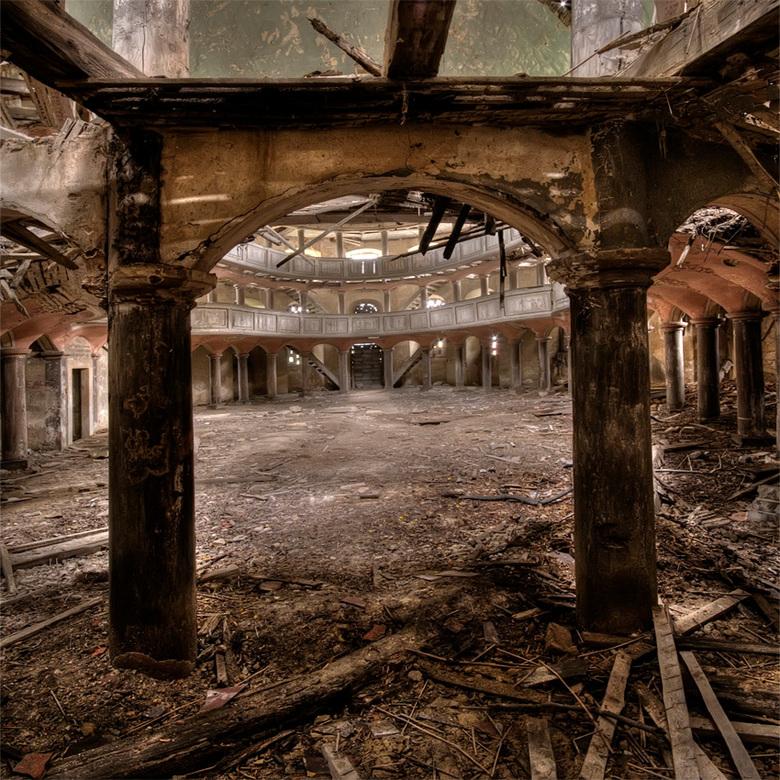 binnen zonder kloppen - houten kerk in Oost Europa, 01