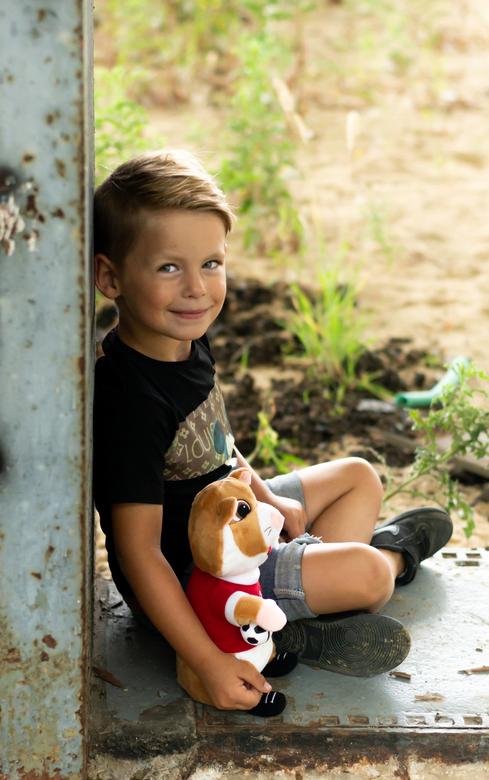 """Little boy - Samen met zijn knuf op de foto <img  src=""""/images/smileys/smile.png""""/>"""
