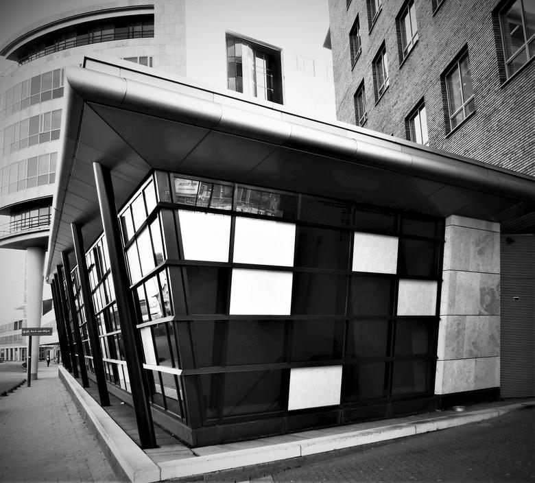 postmoderne scheefgroei - In Amersfoort kan alles. Het voorste gebouw (in gebruik bij Staatsbosbeheer)  heeft een driehoekig toelopend dak en schuin a