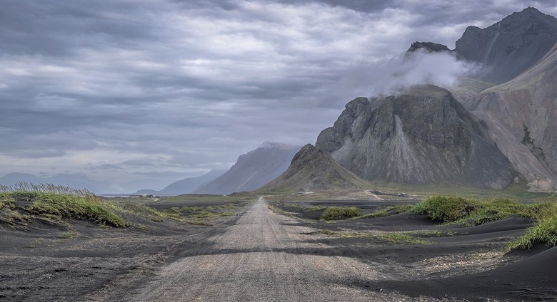 De weg van de vikingen - IJsland is magisch. Het is vaak net of je in de filmset van een vikingfilm loopt. Een gravelpad loopt door een desolaat en ma