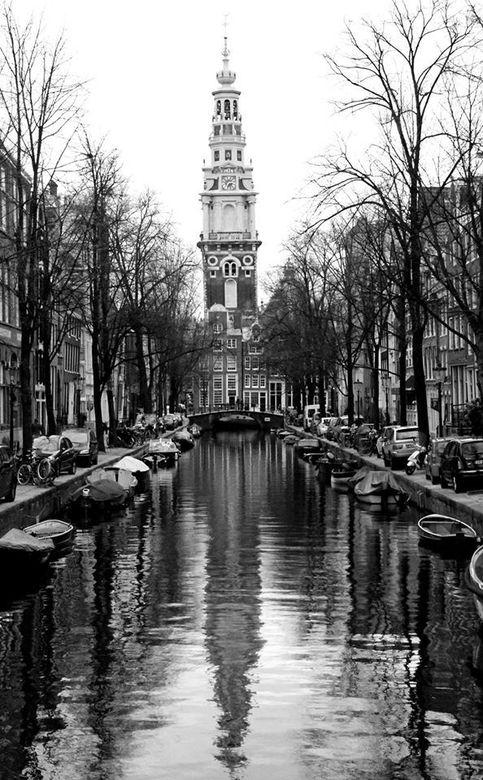 Amsterdam in wit en zwart - Midden op een brug in Amsterdam.