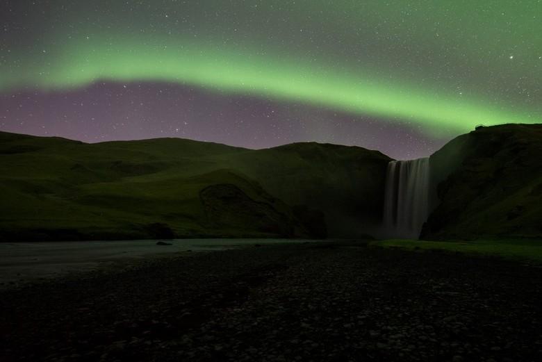 Noorderlicht boven de Skógafoss, IJsland - Tijdens de lezersreis naar IJsland hadden we het geluk 3 avonden Noorderlicht te zien! Lees mijn verhaal ov