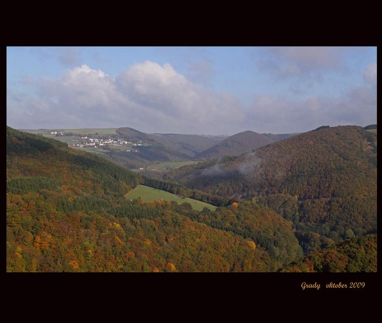 herfst in Luxemburg Bourscheid - Deze foto heb ik <br /> &#039;s ochtend gemaakt net na het optrekken van de mist, er zijn nog een paar flarden te zi