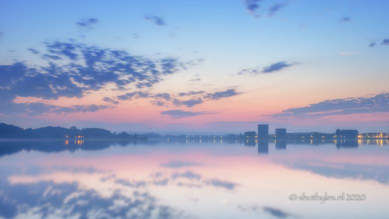 Morning colours - Heerlijk die vroege, koude ochtenden. Net voor zonsopgang kleurde de lucht geweldig mooi in pastel tinten. Het water was als een spi