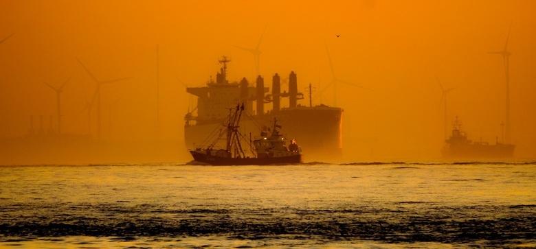 SUNRISE - Klaar voordat de zon opkomt. En als dan de schepen elkaar overlappen wordt het leuk.<br /> Vlissingen