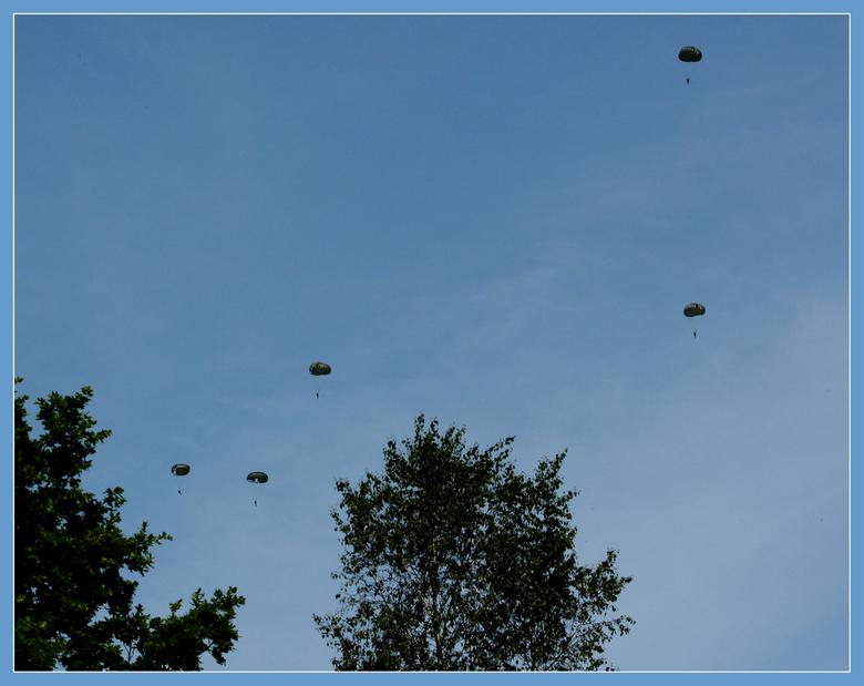 Parapenten - En hier dan de parachutespringers. Zo moet het er in Frankrijk ook uitgezien hebben denk ik tijdens D Day. <br /> Het vliegtuig bleef ro