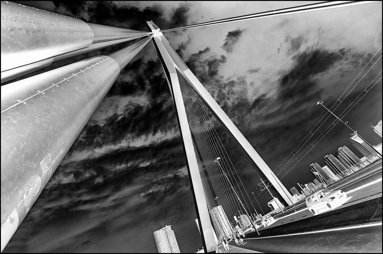 Artistieke architectuur 04 - Een van de meest gefotografeerde bouwwerken van NL is misschien wel de Erasmusbrug te Rotterdam, ook wel de zwaan genoemd