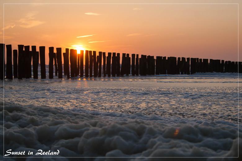 ondergaande zon in Zeeland - Een zonsondergang aan zee kan zo mooi en rustgevend zijn.