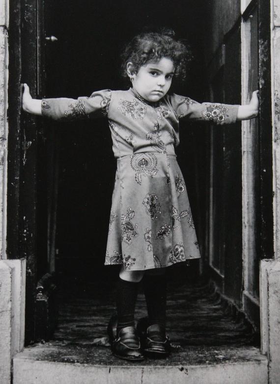 Meisje uit Rotterdam - Deze foto is gemaakt door Carel van Hees in 2001. Uit de collectie 'play a photographic record' .
