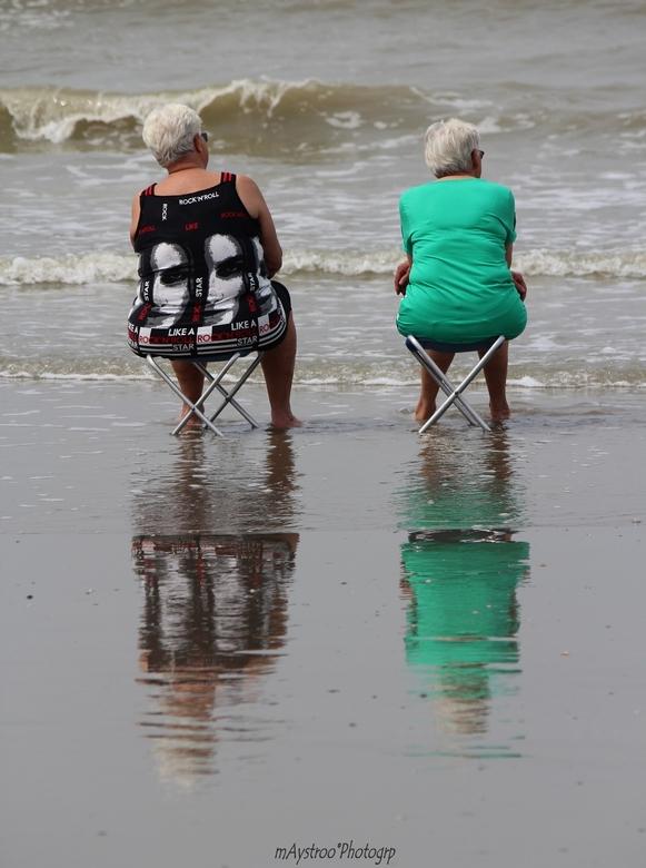 pootje baden - dames op strand van blankenberge