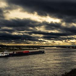 Donkere bewolking boven het rivierenlandschap