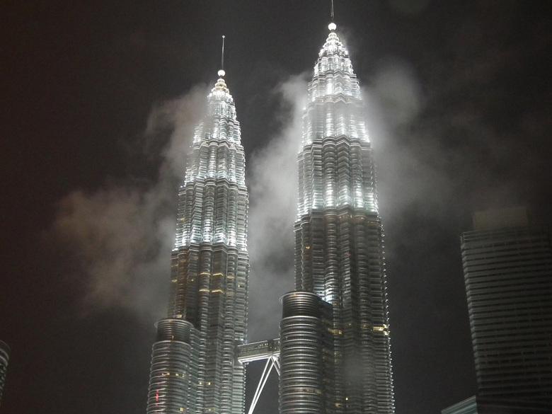 Petronas - Petronas Twin Tower kuala Lumpur  reikt tot in de wolken
