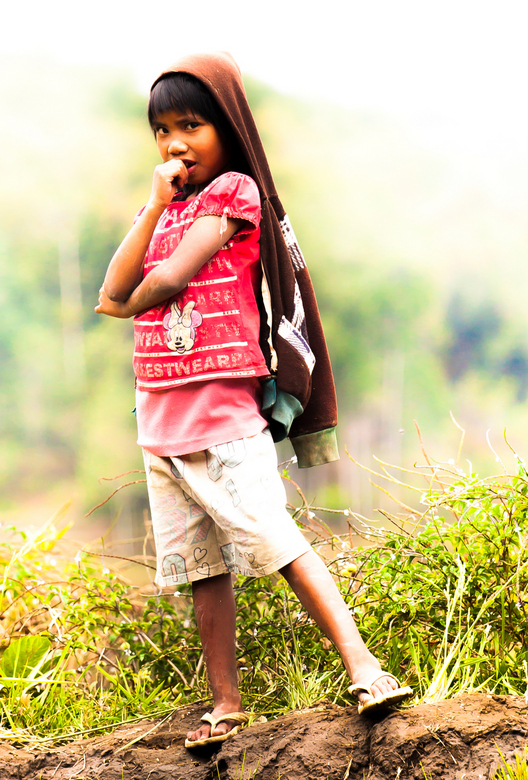 Cocky - Op de rand van een rijstveld, geflankeerd door de bergen duikt dit meisje op. Een sterke maar toch meisjesachtige uitstraling.