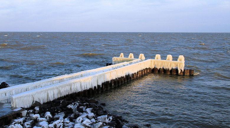 Afsluitdijk - Op de steiger bij het monument op da afsluitdijk... de laatste stuiptrekkingen van de lange winter....