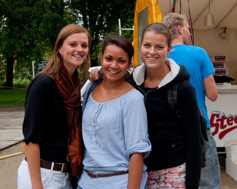 zomaar 3 dames in Groningen - Genomen tijdens de workshop straat-fotografie door Robert Mulder op uitnodiginging van de redactie van Zoom.  Deze jonge