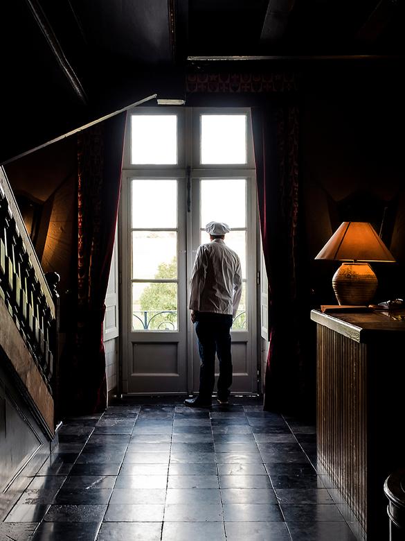 Kok wacht op gasten - Even weg bij de potten, checken of de gasten zich al melden bij het kasteelrestaurant.