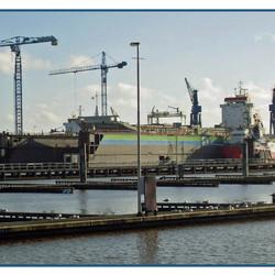 Schepen op de werf in de haven van Delfzijl