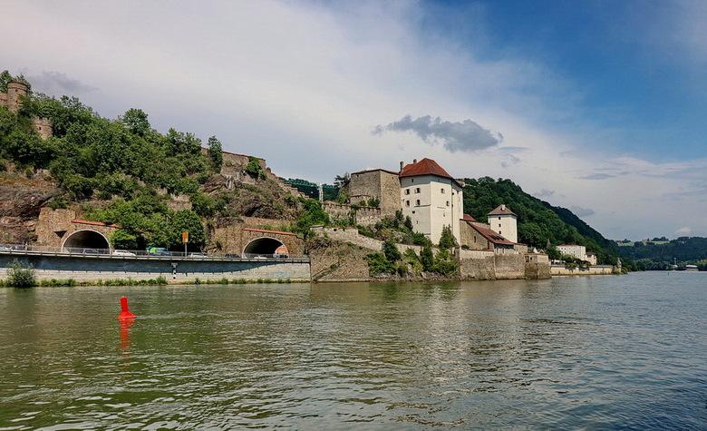 Passau. - Vesting aan de rivier de Donau de vesting ligt aan de linker kant van de plaats Passau in de Duitse deelstaat Beieren, niet ver van de Ooste