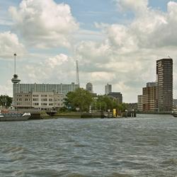 Skyline Rotterdam vanaf de Nieuwe Maas richting Schiemond.