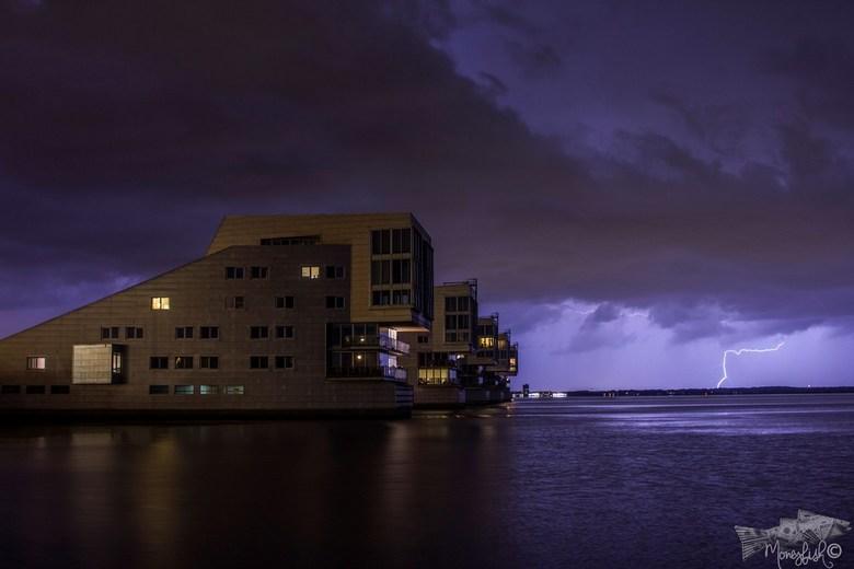 sfinxwoningen in Huizen tijdens bliksem