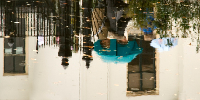 upside down - Regen, water...... daar krijg je gauw genoeg van maar het levert toch weer een fraaie reflectie op!<br /> Ik probeer snel bij jullie te