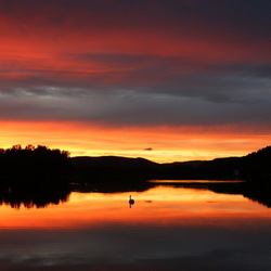 Zomeravondzon over de meren bij Evje
