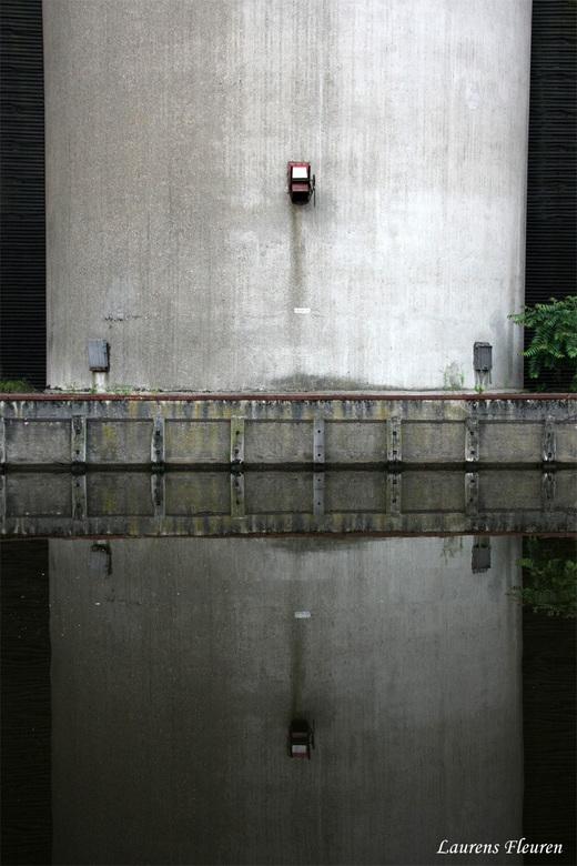 Reflections - Industriële schoonheid weerspiegeld in water...