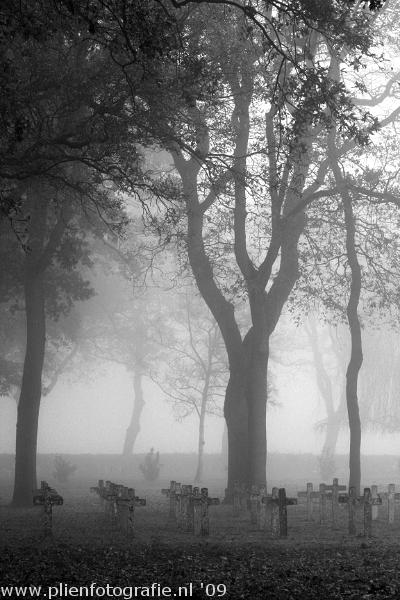 Begraafplaats in de mist (2) - Afgelopen zondag had ik een fotoshoot in de mist. Vond de mist zo mooi dat ik daarna doorgereden ben naar Veenhuizen, d