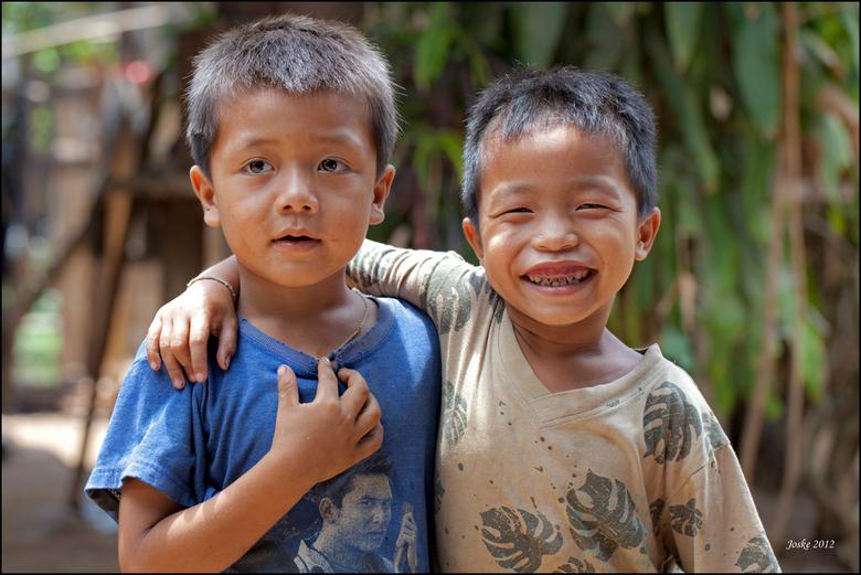 Spontaan - Vrolijke kinderen in een bergdorp in het noorden van Thailand
