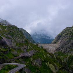 Stuwdam tussen de bergen