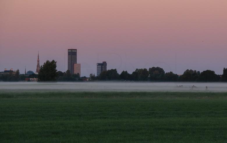 Skyline Leeuwarden - Vroeg in de ochtend op pad geweest om foto's te maken. Met prachtig laaghangende mist zag ik opeens dit plaatje achter me. D