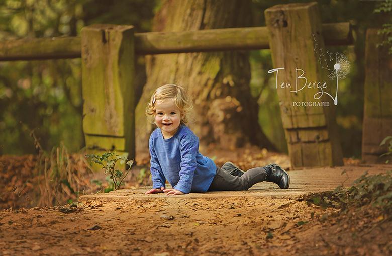 """Elisa spelen in het bos - Mijn dochter <img  src=""""/images/smileys/smile.png""""/>"""