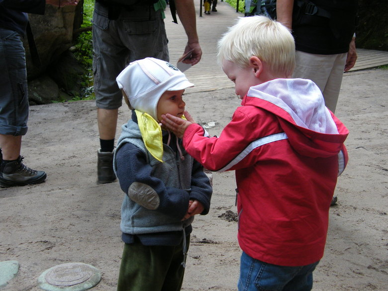 Teder - Op vakantie kwam mijn neefje dit andere jochie tegen, en die vond hij zo lief dat hij hem een aai over zijn wangetje gaf.