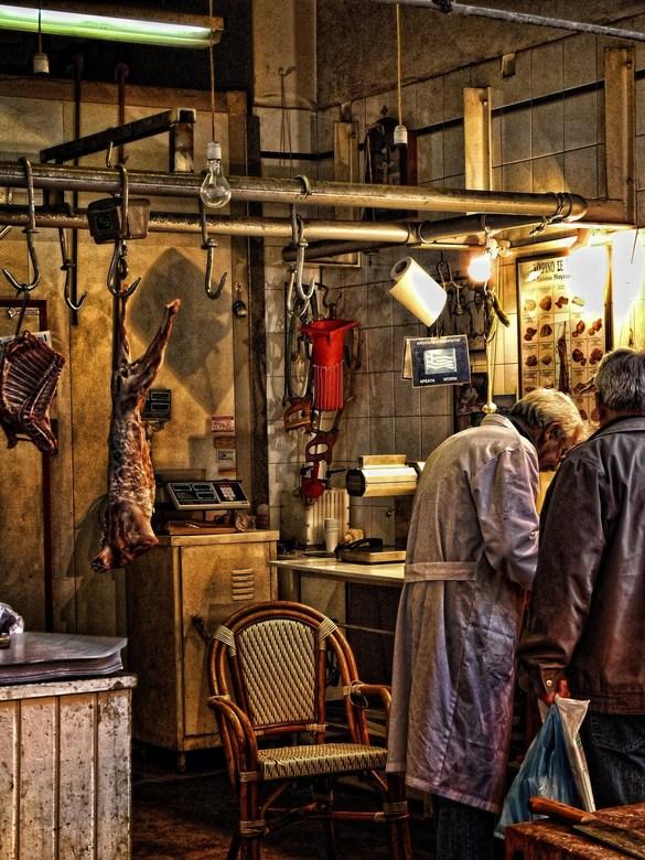 Doing business - Slager aan het werk in zijn 'kantoor' op de markt in Athene