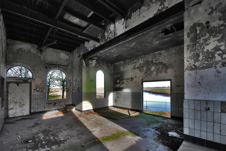 Oud en vervallen - In één van de polders van Duiveland staat dit oude gebouw dat vroeger dienst deed als gemaal.