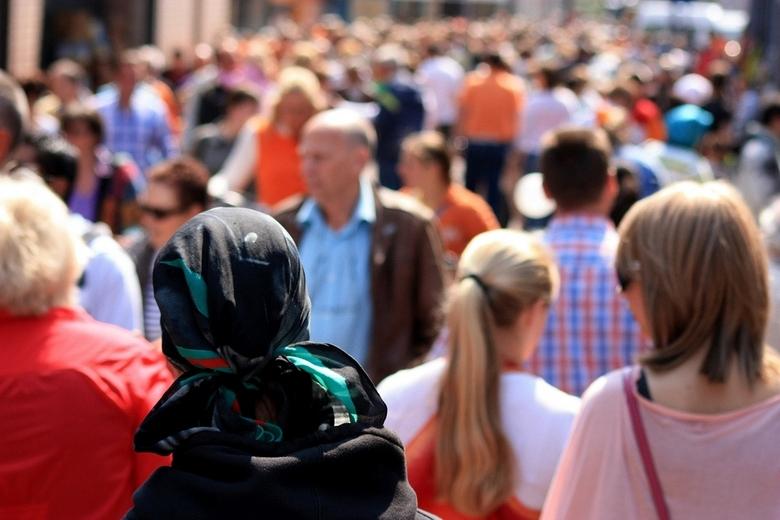 koninginnedag 2011 - Aan het experimenteren met het isoleren van 1 persoon in een mensenmassa. Dit is koninginnedag 2011 in Apeldoorn. Altijd gezellig