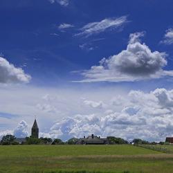 De kerk van Oosterland in de wolken