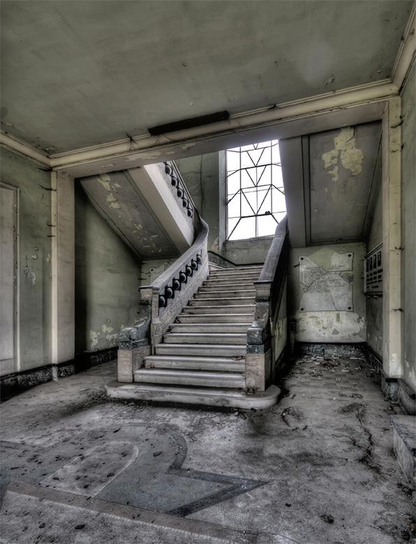 stairway to heaven ? - vervallen, verlaten Italiaanse villa, 01