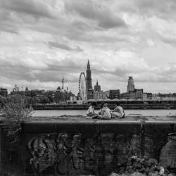 Kids op bunker voor skyline van Antwerpen