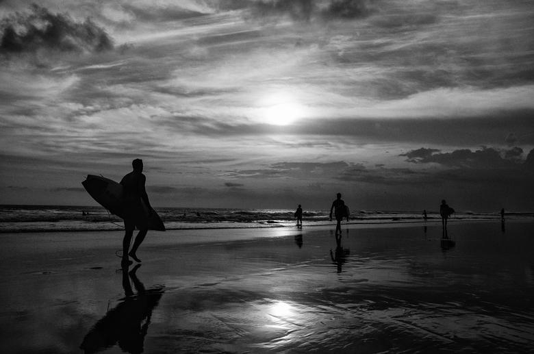 Surfers at Echo Beach - Surfers op het strand van Echo Beach (Bali) tijdens de zonsondergang.